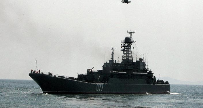 Un grand navire de débarquement russe