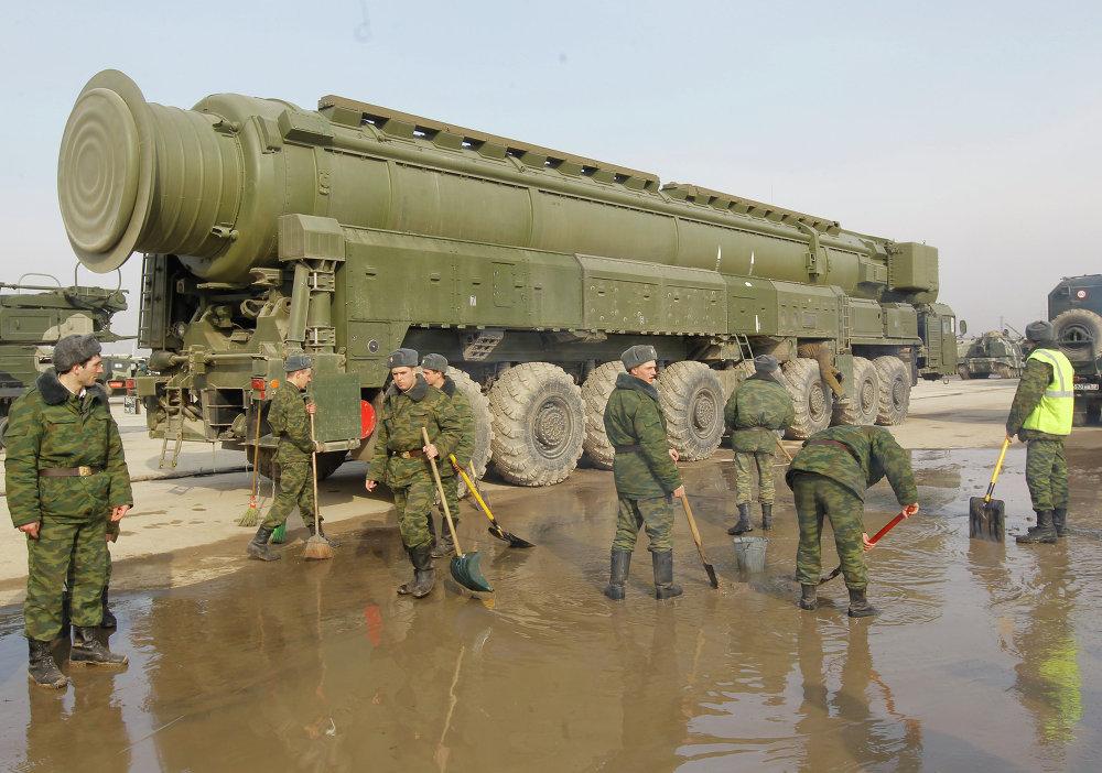 Des militaires russes près d'un Topol sur le polygone d'Alabino
