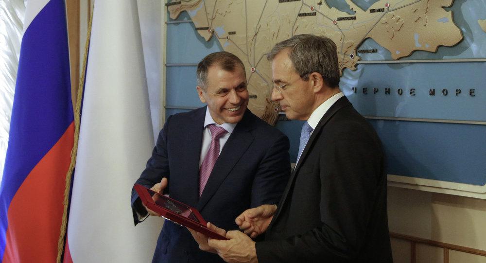 Thierry Mariani (à droite) et le président du Conseil national de Crimée Vladimir Konstantinov