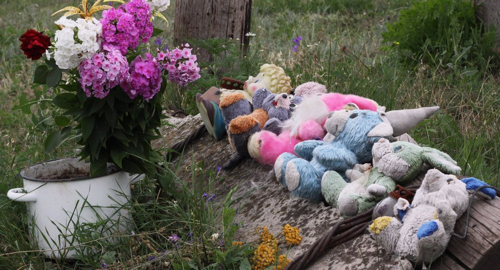 Des jouets et des fleurs sur le lieu du crash du Boeing malaisien un an après la catastrophe