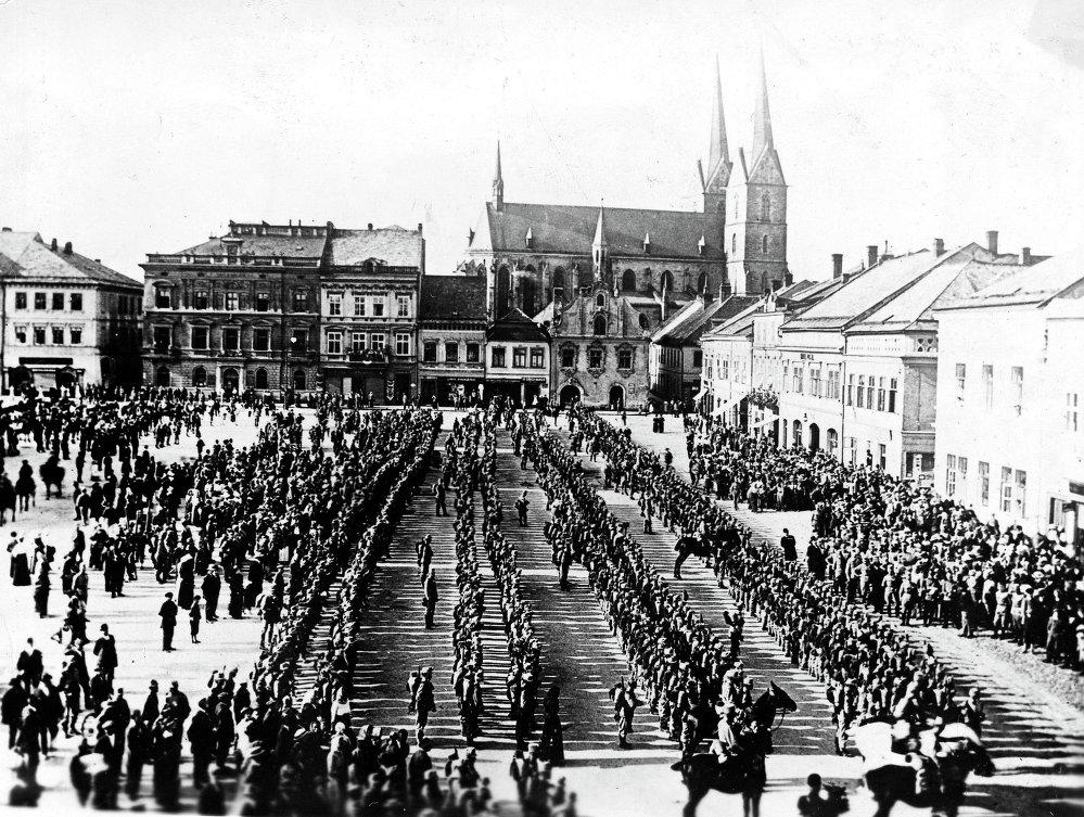 Un régiment d'infanterie austro-hongrois au défilé militaire avant d'être envoyé au front. La Bohême de l'Est, juillet 1914