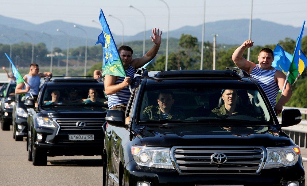 Un convoi de voitures des anciens parachutistes se rend dans la banlieue de la ville d'Oussouriisk pour fêter le Jour des Troupes aéroportées