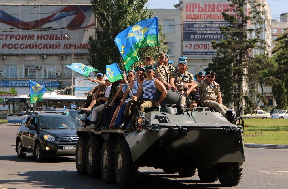 Des parachutistes lors des festivités à l'occasion du Jour des Troupes aéroportées à Simferopol, la capitale de la Crimée