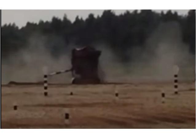 Biathlon en char d'assaut: un blindé fait un tonneau spectaculaire