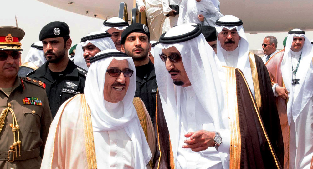 Le roi Salmane ben Abdelaziz Al Saoud et l'emir kuweitien Fahad Al-Ahmed Al-Jaber Al-Sabah