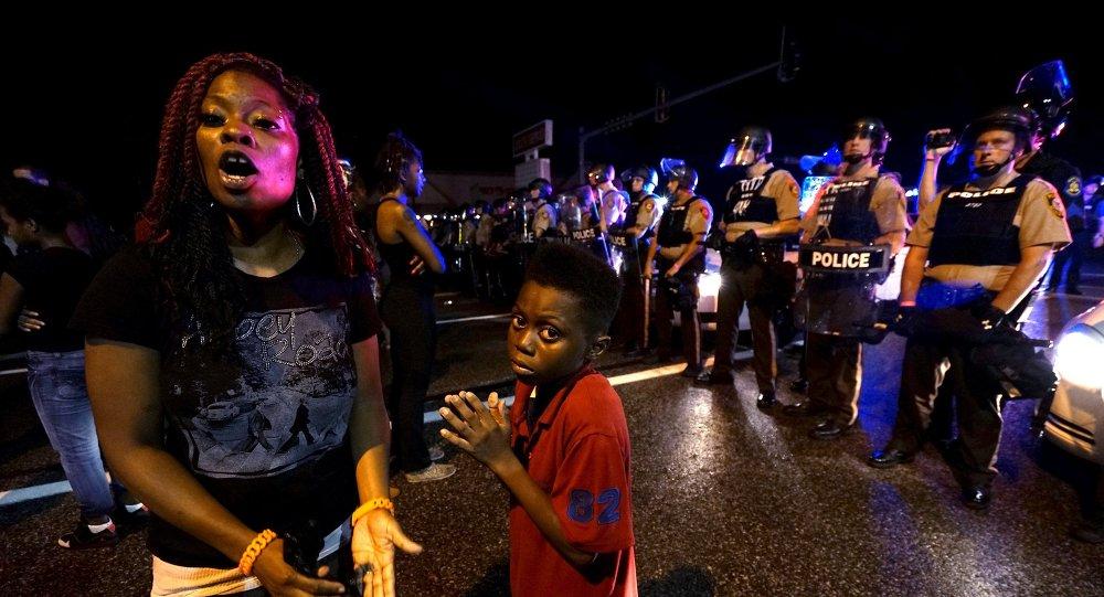 La police a bloqué la marche en mémoire de Michael Brown à Ferguson, le 9 août 2015