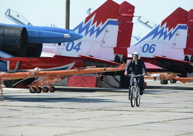 Des chasseurs MiG-29 rangés sur le tarmac avant de prendre part à un spectacle d'acrobatie aérienne