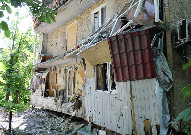 Une maison privée de Donetsk ravagée par un bombardement