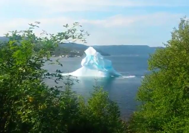 Un iceberg se désintègre près d'une côte