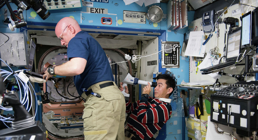 L'Américain Scott Kelly (à gauche) et le Japonais Kimiya Yui (à droite) à bord de l'ISS