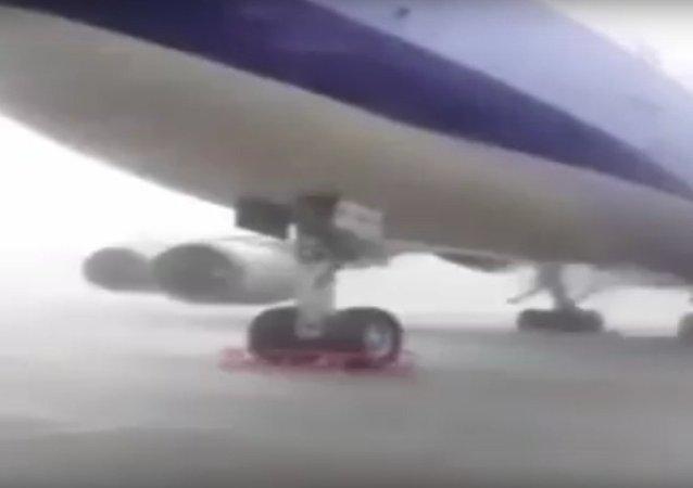 Un typhon réussit à soulever un Boeing 747