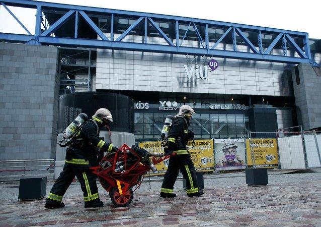 Violent incendie dans un bâtiment en travaux de la Cité des sciences à Paris. Les pompiers