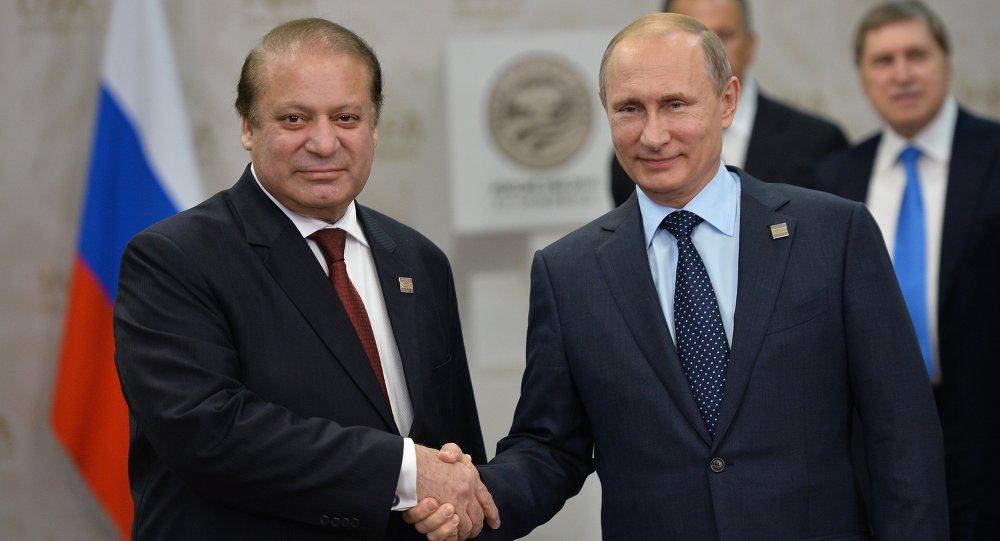 Le président russe Vladimir Poutine et le premier ministre pakistanais Nawaz Sharif lors de leur rencontre à Oufa le 10 juillet 2015