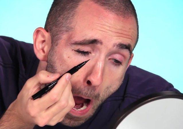 Maquillage: des hommes ratent leur expérience