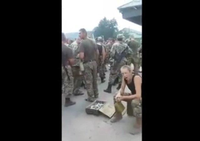 Ukraine: les soldats font la queue pour manger