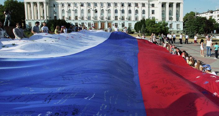 Жители Симферополя во время празднования Дня российского флага