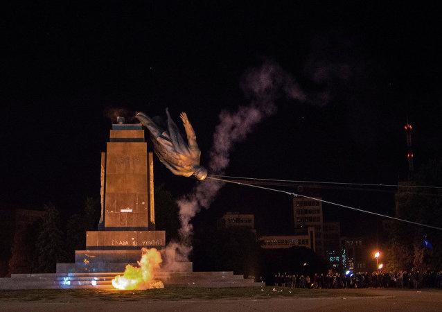 A Kharkov, la statue de Lenine a été mise à terre par les extrémistes de Kiev