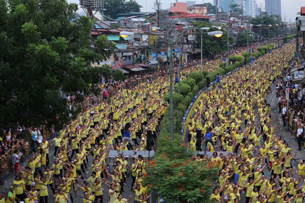 12.975 participants ont établi  le record du monde du plus grand cours de Zumba  à Mandaluyong, aux Philippines
