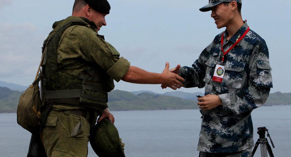 Des militaires russe et chinois lors des exercices militaires conjoints Coopération maritime 2015, août 2015