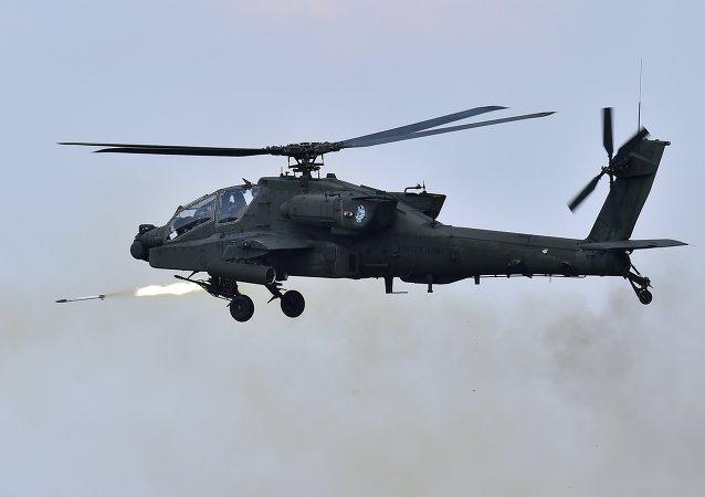 Un hélicoptère américain AH-64 Apache