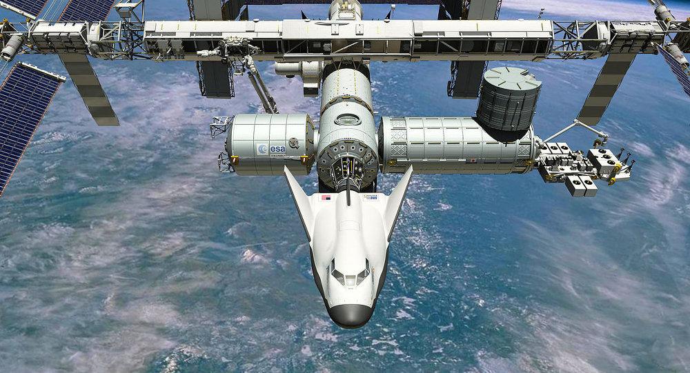 Le vaisseau habité réutilisable Dream Chaser s'arrime à l'ISS