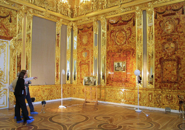 La Chambre d'ambre, fabriquée à Berlin sur une commande de Frédéric-Guillaume Ier de Prusse et offerte ensuite au tsar Pierre Ier de Russie
