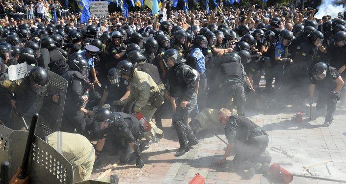 Police près du siège du parlement à Kiev