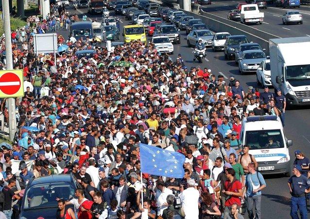 Migrants marchant vers la frontière autrichienne. Hongrie