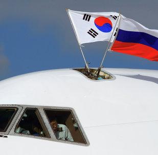 Les drapeaux de la Russie et de la Corée du Sud