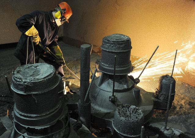 Un ouvrier à l'usine