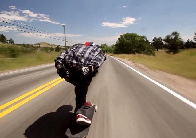 Un skateur dévale la pente la plus raide du Colorado