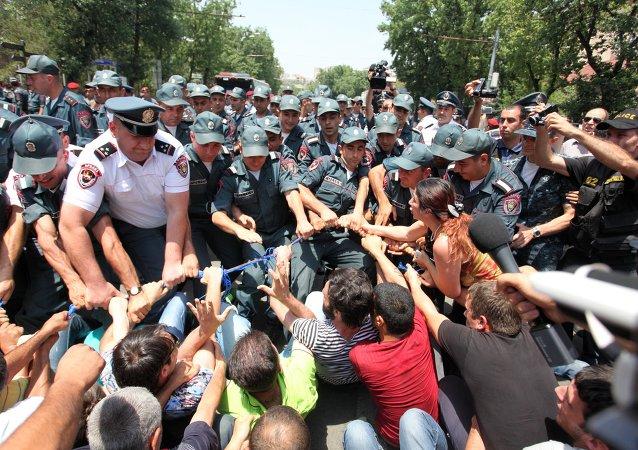 La police disperse les manifestants à Erevan