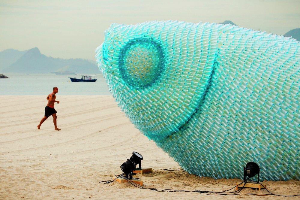 La sculpture géante de bouteilles plastiques sur la plage de Botafogo (Rio de Janeiro, Brésil)