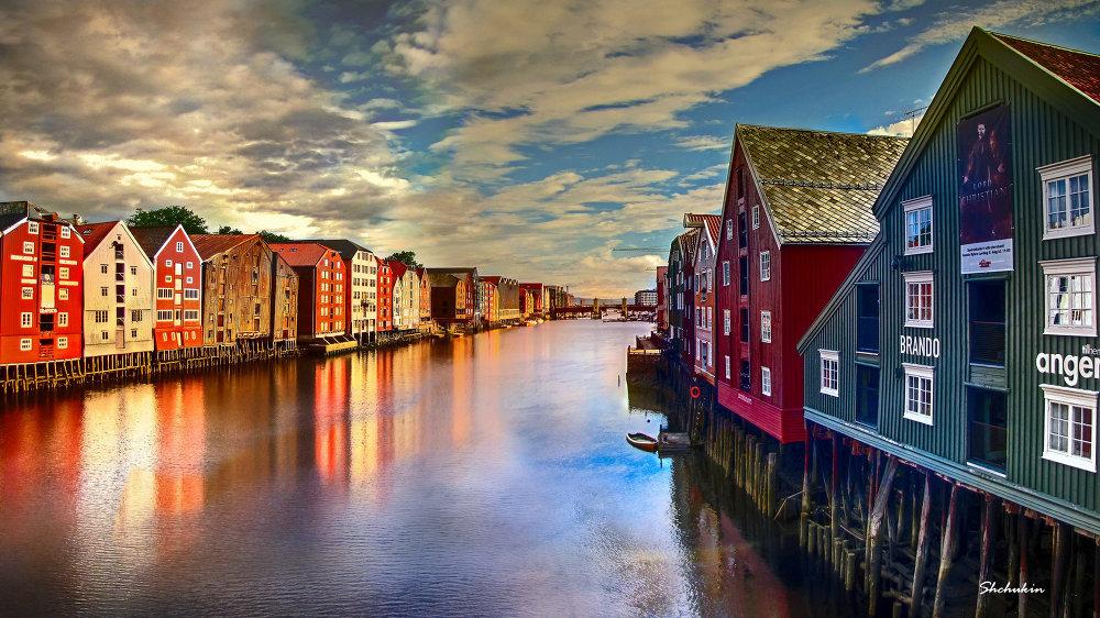 La rivière Nidelva, qui traverse la ville de Trondheim (Norvège)