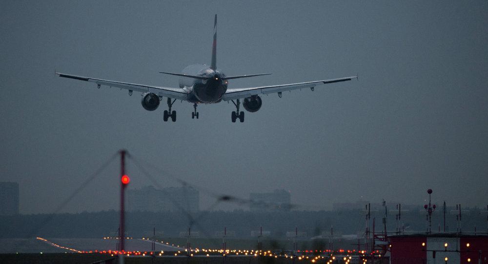 VIDÉOS: Un avion s'enflamme après son décollage à Moscou
