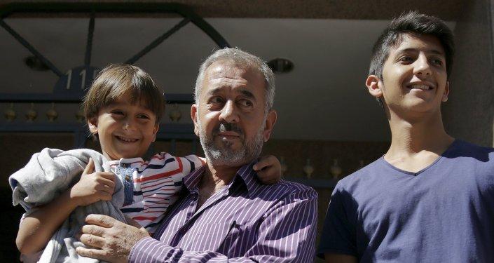 Osama Abdul Mohsen avec s fils dans les mains, le 16 septembre