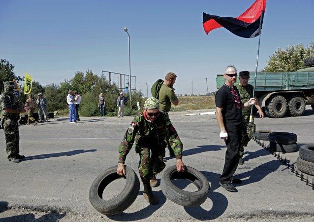 Des activistes de Secteur droit bloquent un point de passge à la frontière entre l'Ukraine et la Crimée