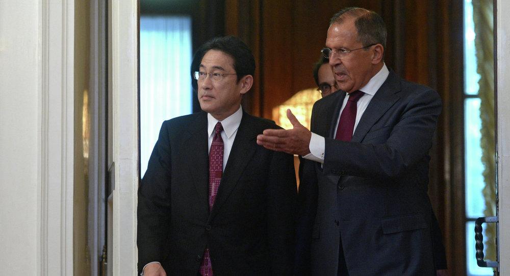Sergueï Lavrov (à droite) et Fumio Kishida