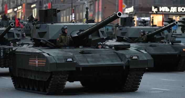 Un char T-14 Armata défile au centre de Moscou