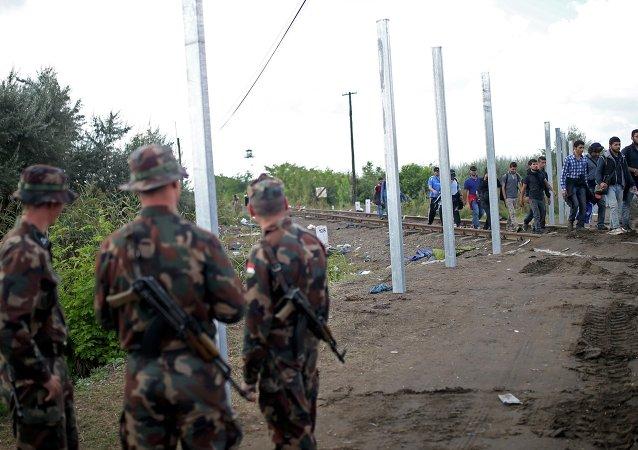 Des militaires hongrois postés le long des frontières du pays