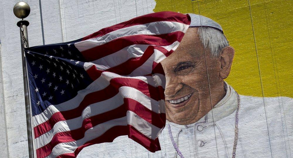 Le drapeau américain et l'affiche murale avec le portrait  du Pape François, Manhattan, New York