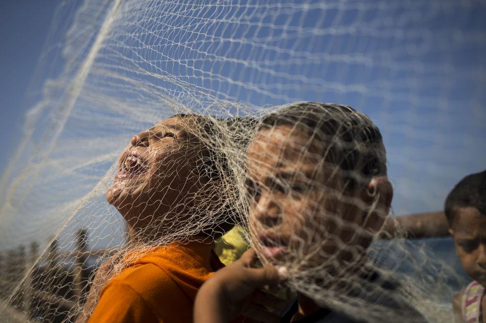Des enfants palestiniens jouent sur une plage de Gaza