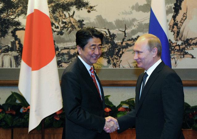 Le premier ministre nippon Shinzo Abe et le président russe Vladimir Poutine