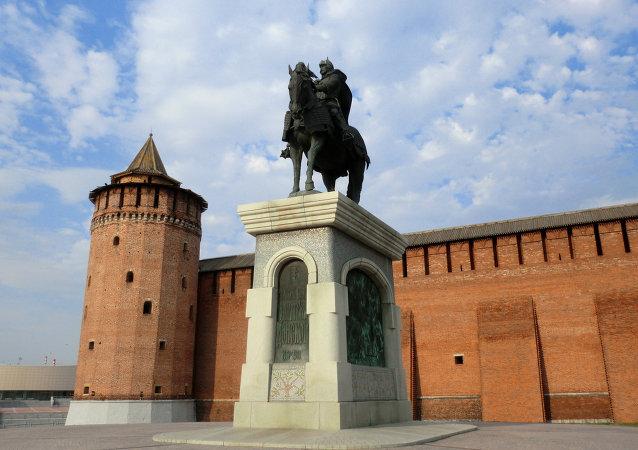 la forteresse de Kolomna et la statue de Dmitri Donskoï
