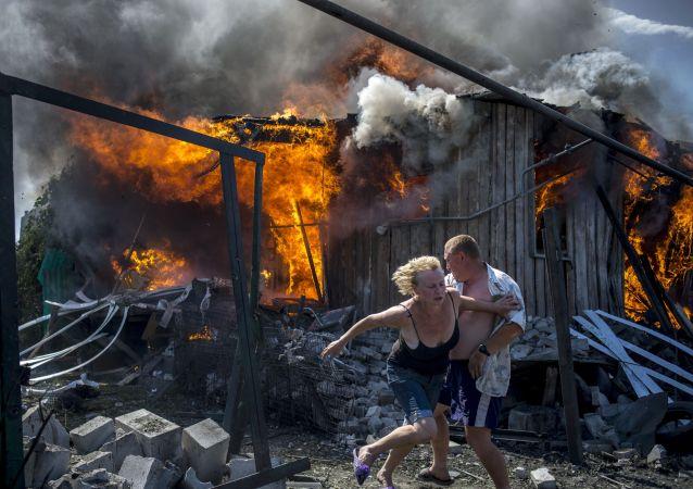 Les habitants de la région de Lougansk quittent leur maison en flammes