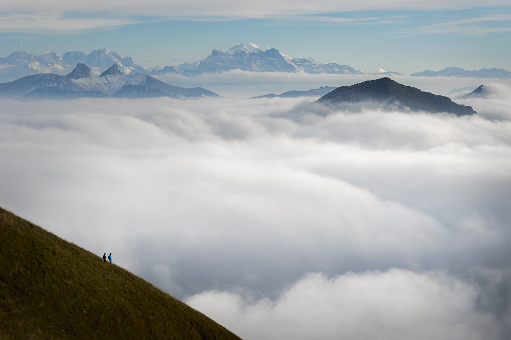 Des touristes admirent le brouillard du haut du pic de Moleson, Alpes, Suisse