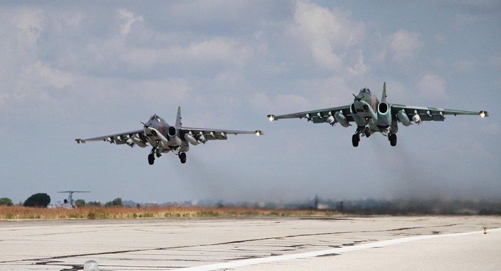 Des avions russes atterrissent sur la base aérienne russe de Hmeimim