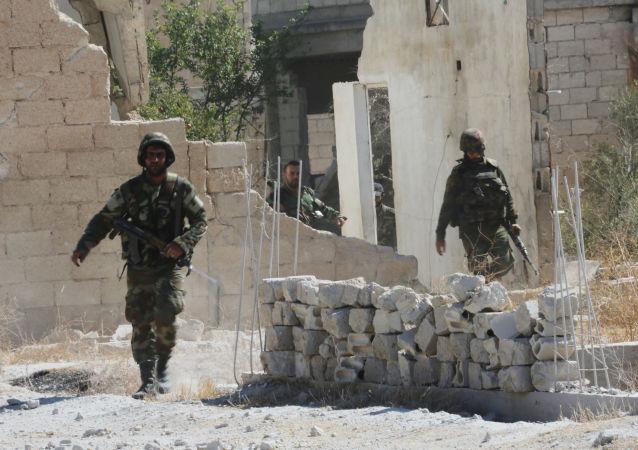 Militaires syriens dans la ville d'Atshan