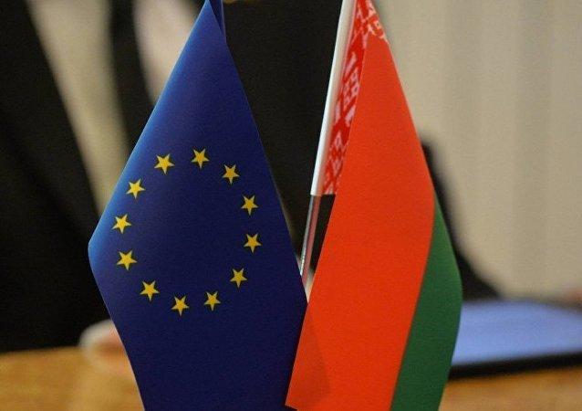 Les drapeaux de la Biélorussie et de l'Union européenne