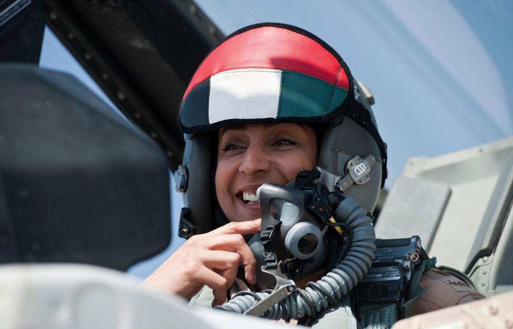 La première femme pilote de chasse des Emirats arabes unis Mariam al-Mansouri aux commandes d'un F-16